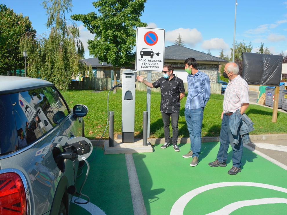 Jaca inaugura un cargador para vehículos eléctricos.