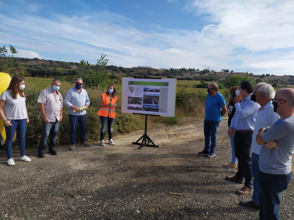 Los asistentes a la visita a las obras de mejora de la carretera entre Fornillos y Berbegal atienden las explicaciones técnicas.