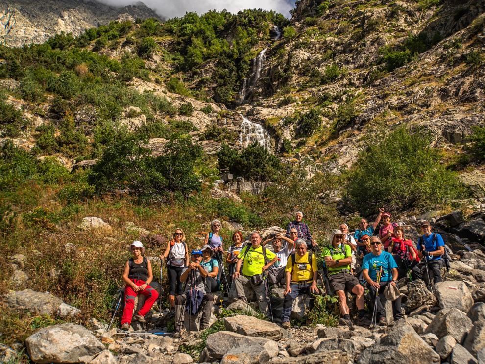 El grupo, frente a una de las cascadas en el recorrido.