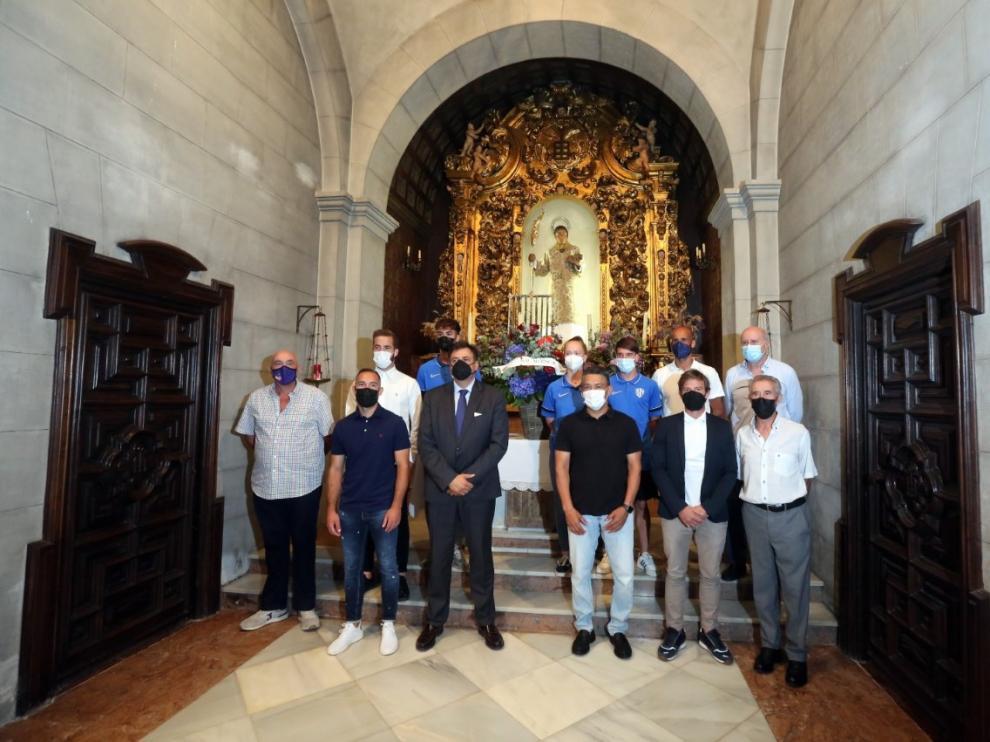 Foto de familia en la ofrenda a San Lorenzo.