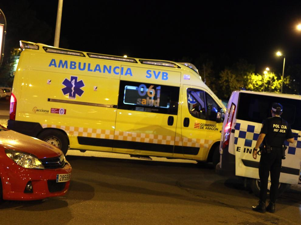 Ambulancia y Policía, en la calle Teruel, tras el accidente entre un ciclomotor y un turismo.