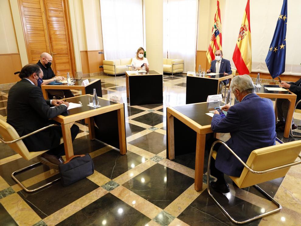 Representantes de Gobierno de Aragón y Sindicatos en la reunión mantenida esta mañana.