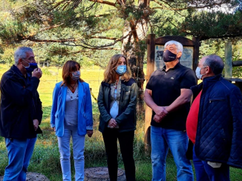 Joaquín Olona firma un convenio de colaboración con Lacuniacha para la conservación de la fauna amenazada.