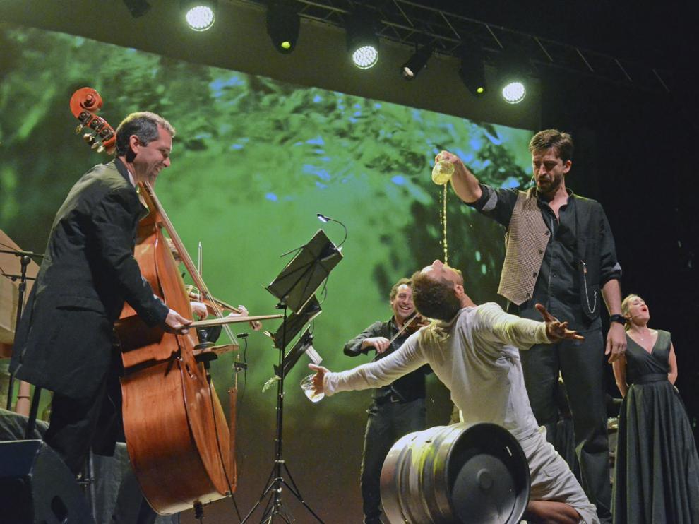 La Fura dels Baus convierte el CDAN en una taberna de música experimental.