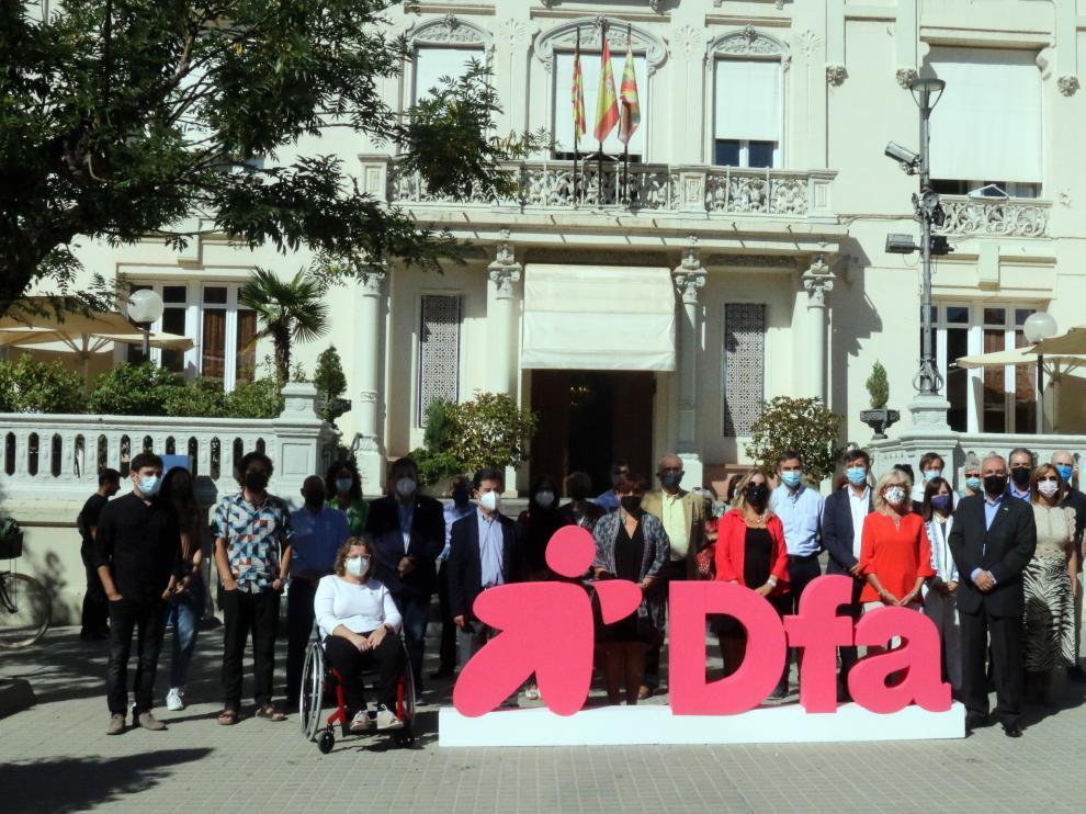 Foto de familia de los asistentes a la presentación en el Casino de Huesca.