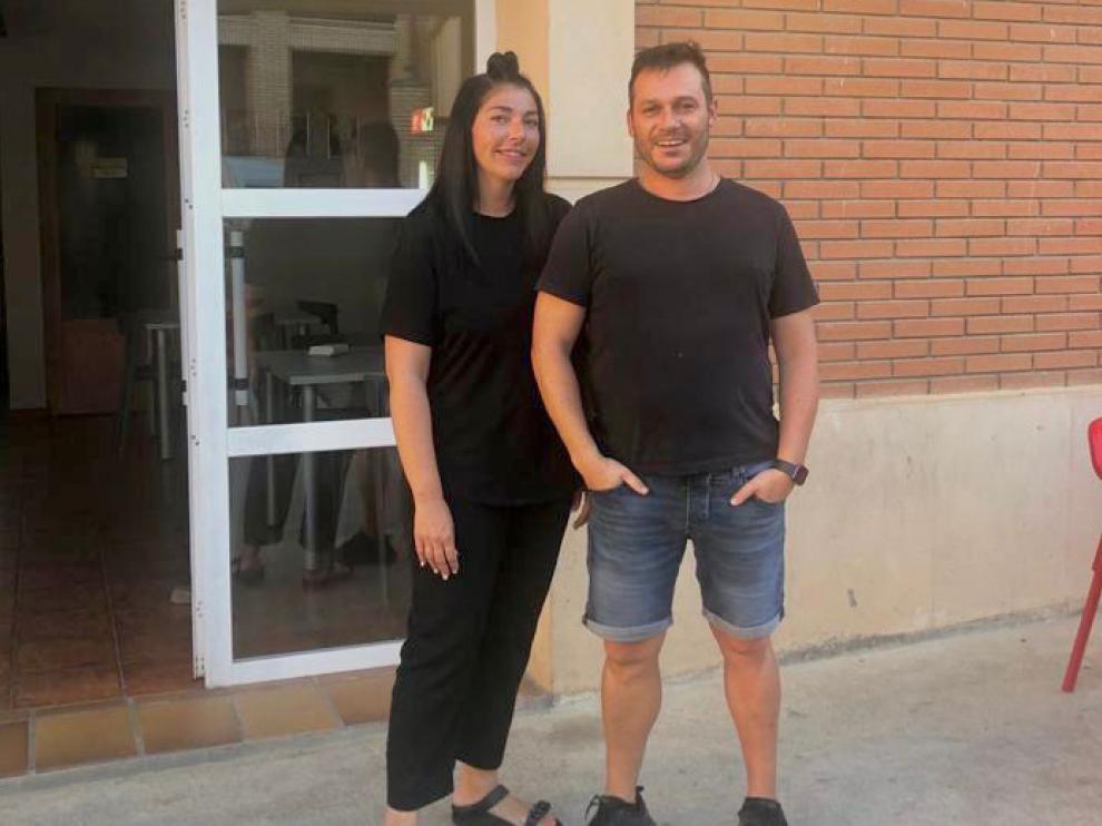 Araceli Martínez y David Belloc, delante del bar que gestionan en Laluenga.