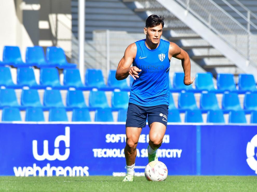 Cristian Salvador podría estrenarse como azulgrana en el centro del campo tras haber ejercido de central hasta ahora.
