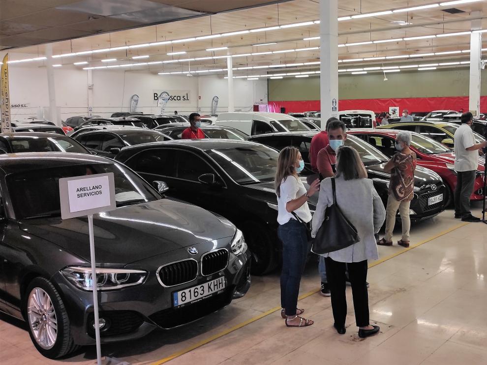 Primeros asistentes a la Feria del Vehículo de Ocasión, ayer en Fraga.