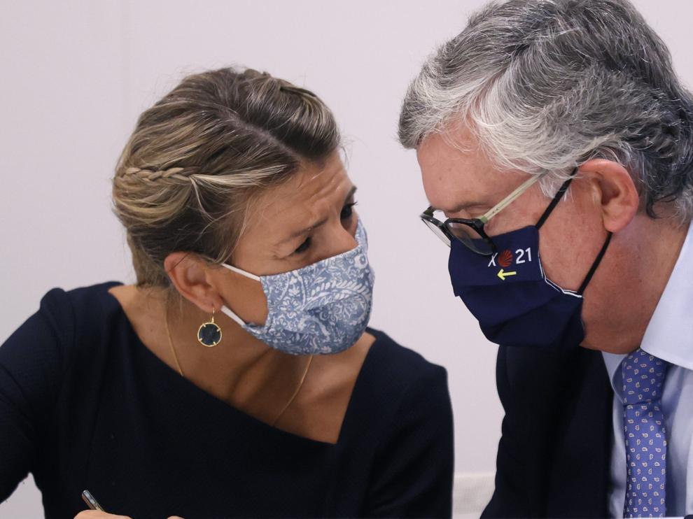 Yolanda Díaz conversa con el presidente de los empresarios de Galicia, Juan Manuel Vieites