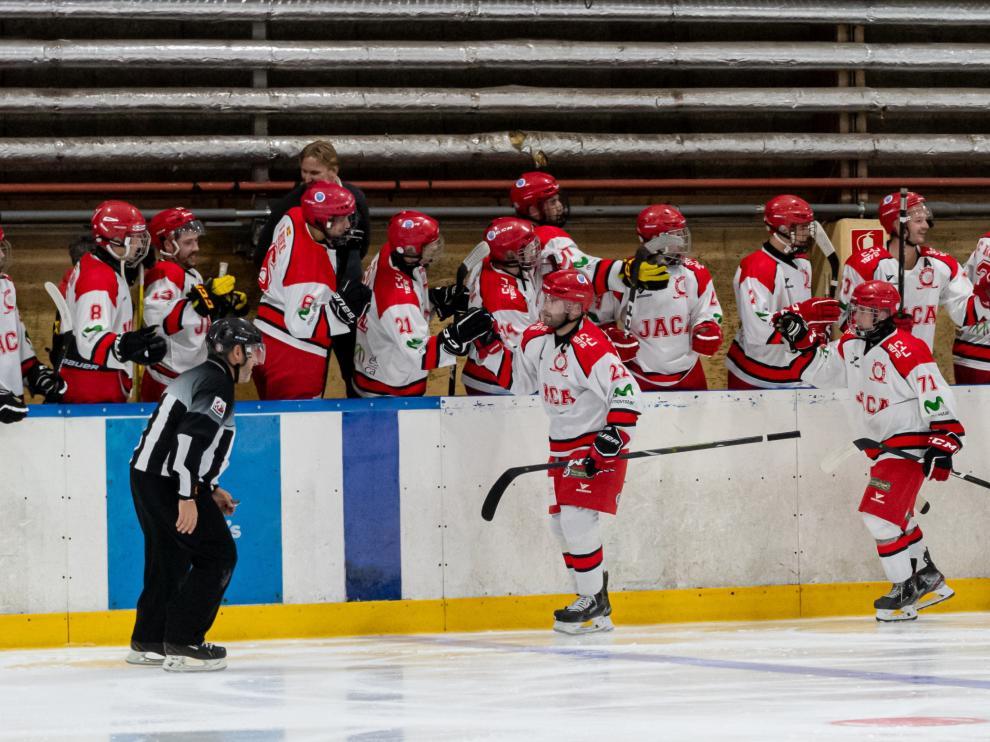 Los jugadores celebran uno de los goles.
