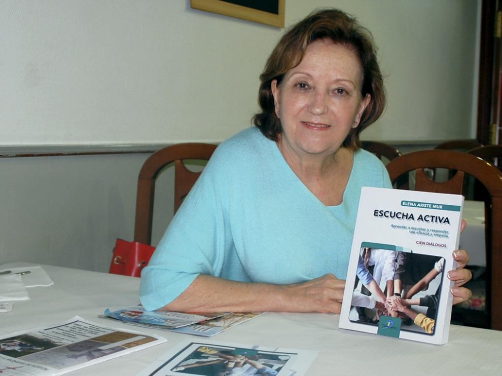 Elena Ariste Mur posa con su libro.