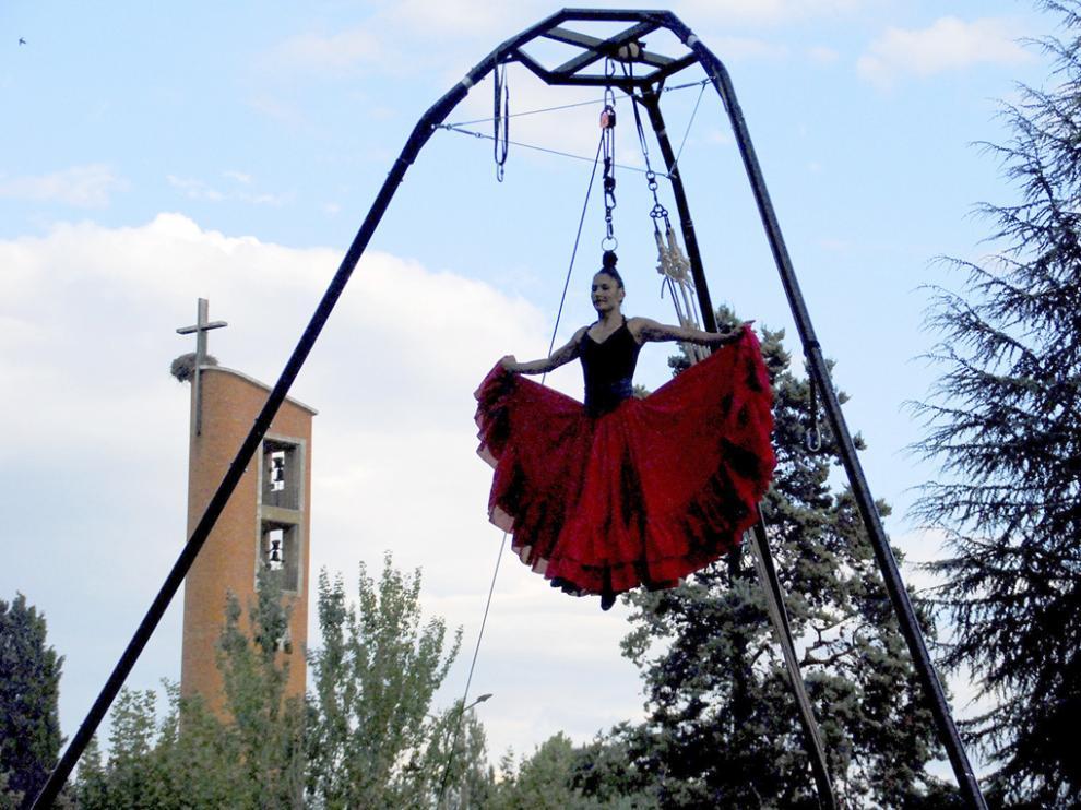 La artista colombiana Andrea Ríos sorprendió con su espectáculo de danza aérea, Ara.