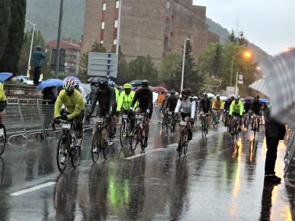 Los ciclistas tuvieron que soportar un tiempo infernal.