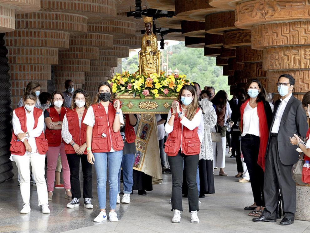Rezo del rosario por los soportales de la explanada del Santuario de Torreciudad.