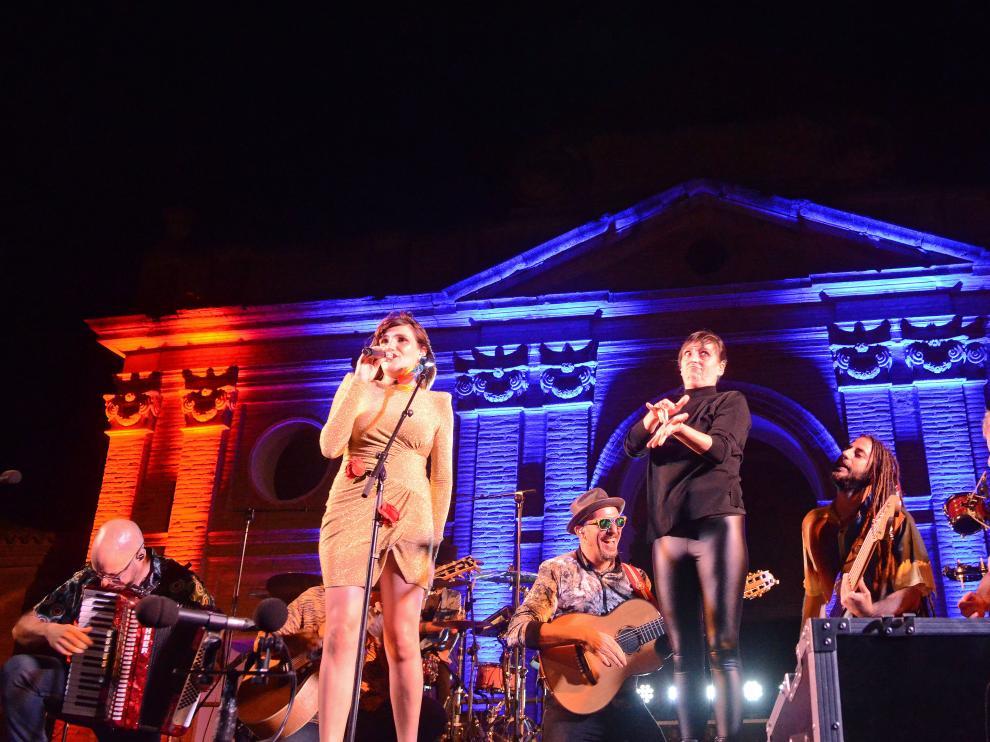 Rozalén mostró gran complicidad con su banda durante toda la actuación.