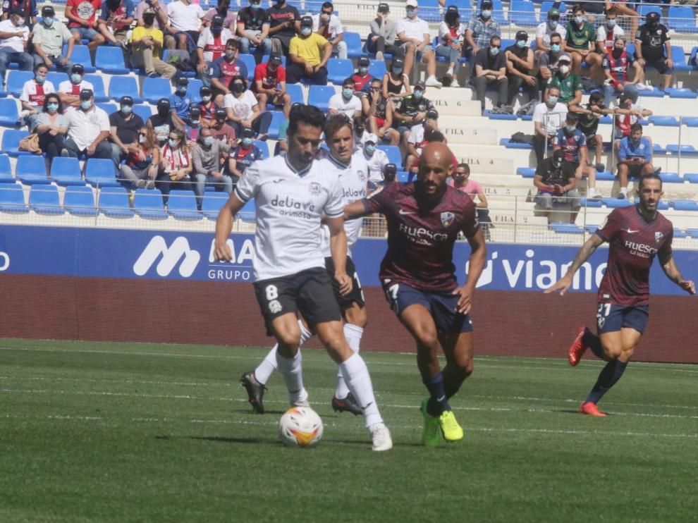 Mikel Rico va tras Cristóbal en el Huesca-Fuenlabrada.