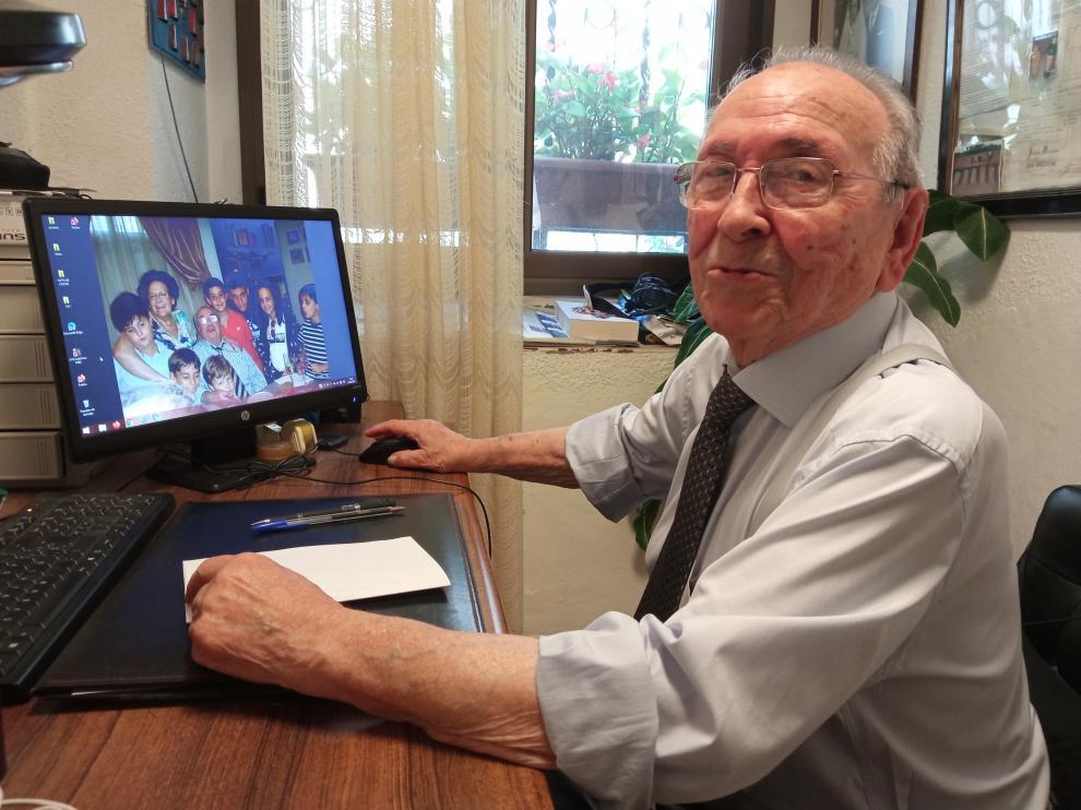 Ángel Mazana muestra en su ordenador una foto familiar.