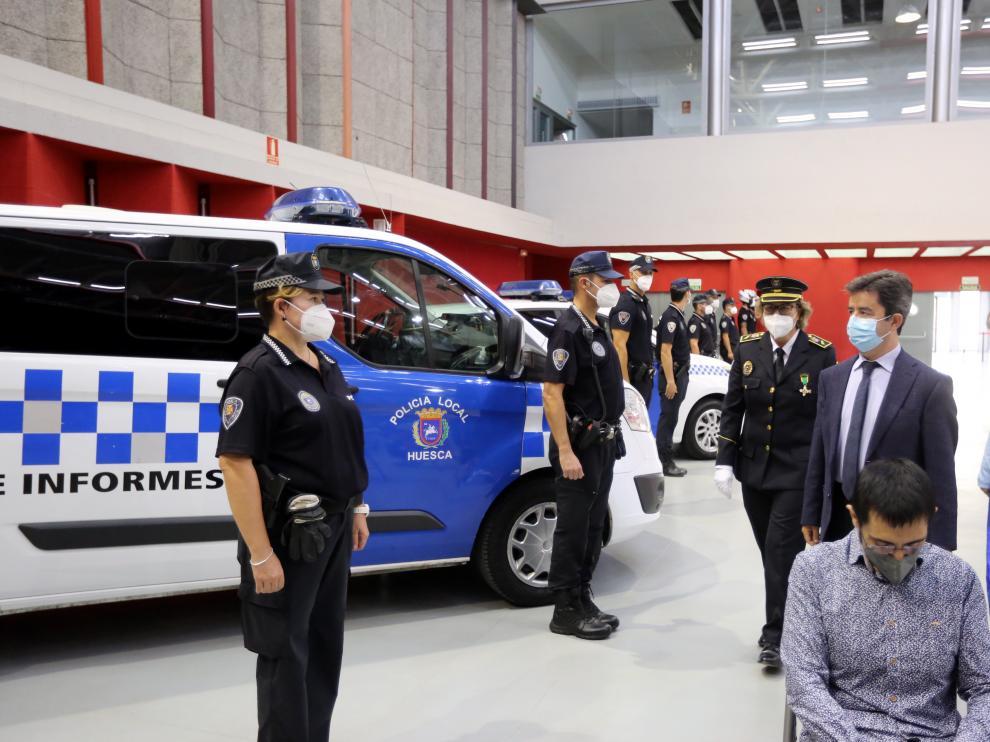 El alcalde, la concejala de Seguridad y la intendente de la Policía Local, saludando a los agentes.