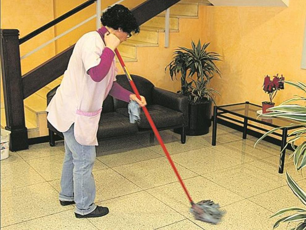 Trabajadora de la limpieza en edificios públicos