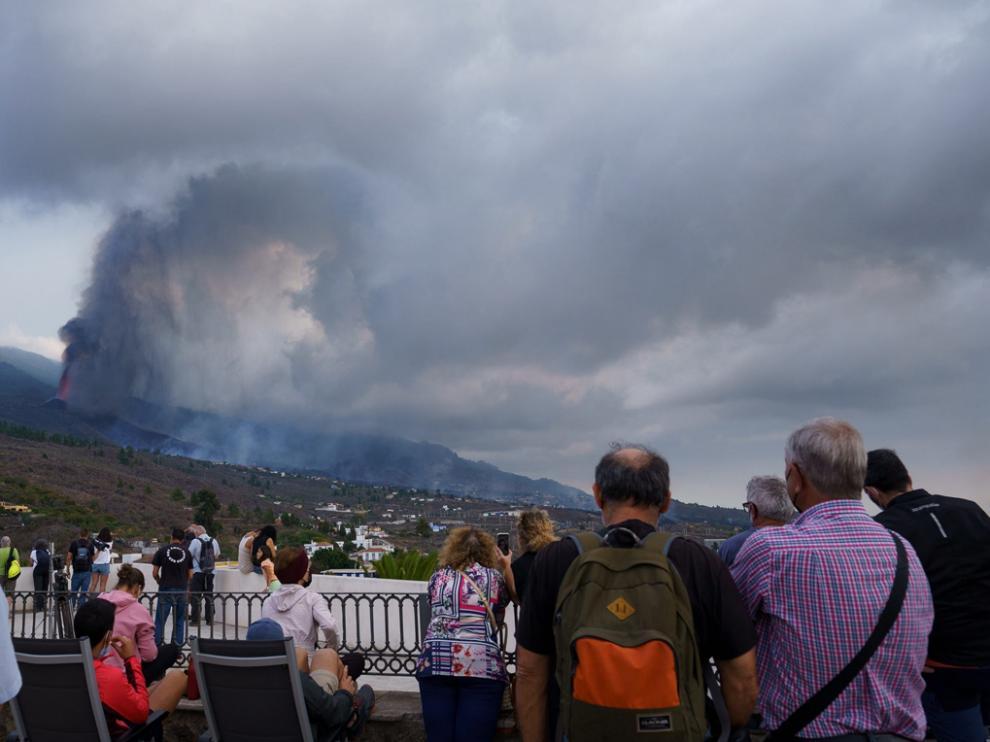 Cientos de personas pasaron el día expectantes observando la evolución de la erupción.