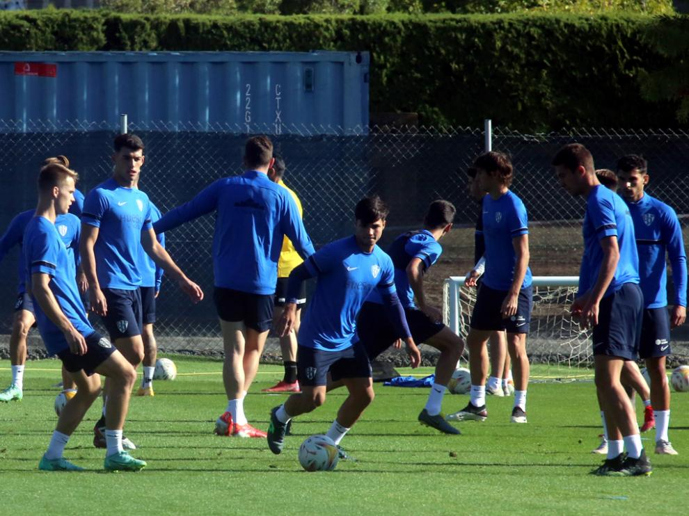 El entrenamiento del lunes en el IES Pirámide contó con la presencia de varios futbolistas del filial.