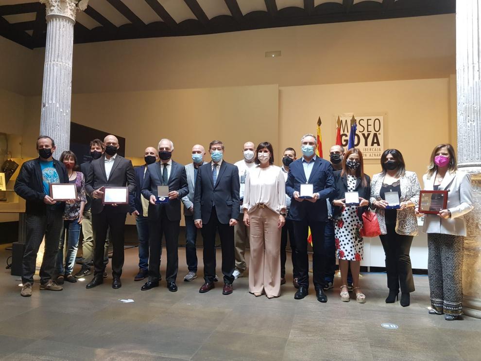 Foto de familia con los galardonados con las Medallas al Mérito Turístico 2021 de Aragón.