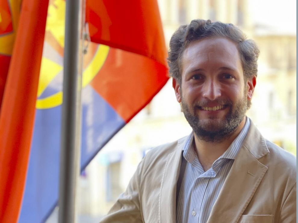 Isaac Claver en el balcón del Ayuntamiento de Monzón.