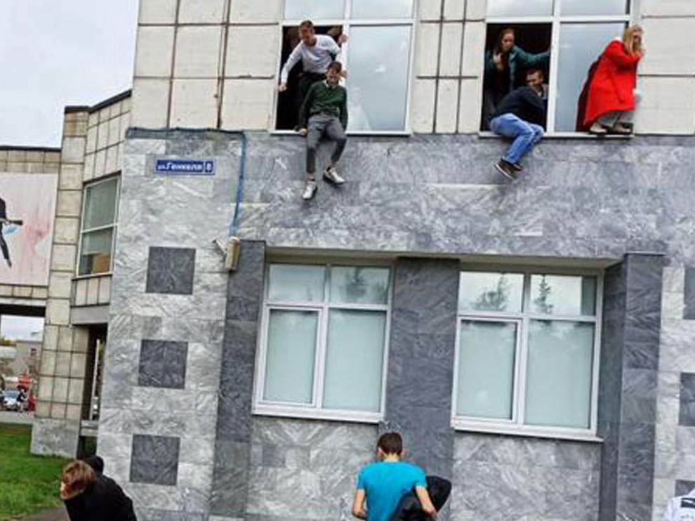 Los alumnos huyeron despavoridos por la ventanas tras empezar el ataque en el campus.