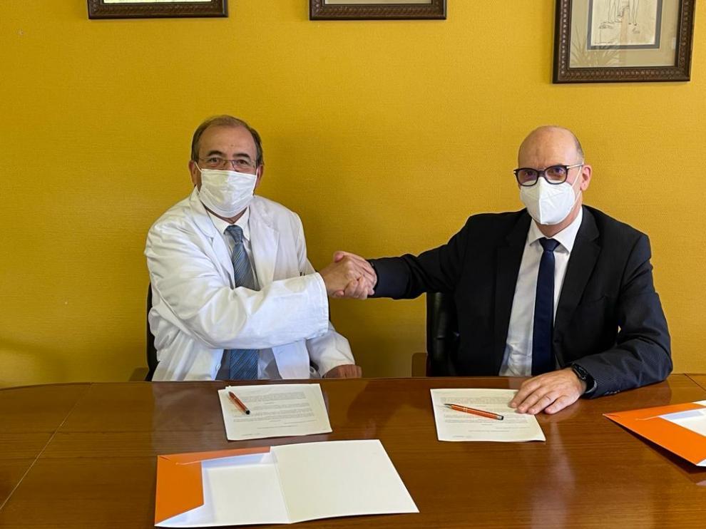 El gerente del sector, José Ignacio Castaño, y el director gerente del IIS, Ángel Lanas, firman el acuerdo.