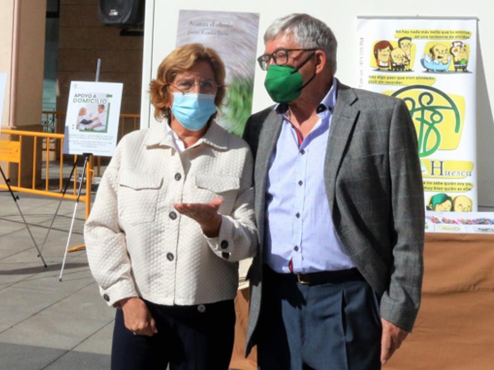 Broto, ayer, junto con el presidente de Alzhéimer Huesca.