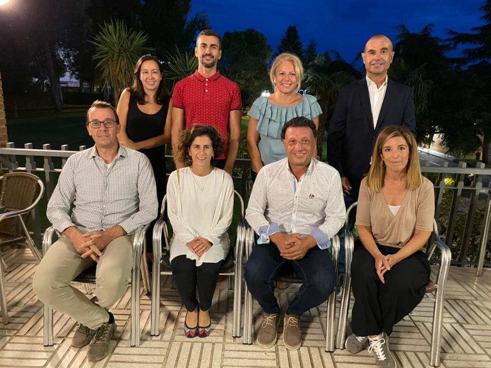 El nuevo equipo directivo del CT Osca con Talito Corrales (de pie, primero a la derecha) como presidente.