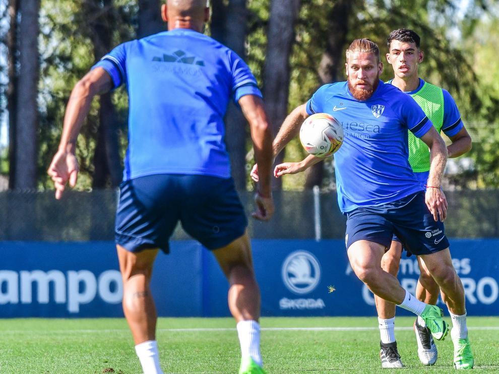 Isidro Pitta trata de controlar la pelota en el segundo entrenamiento del Huesca de esta semana.