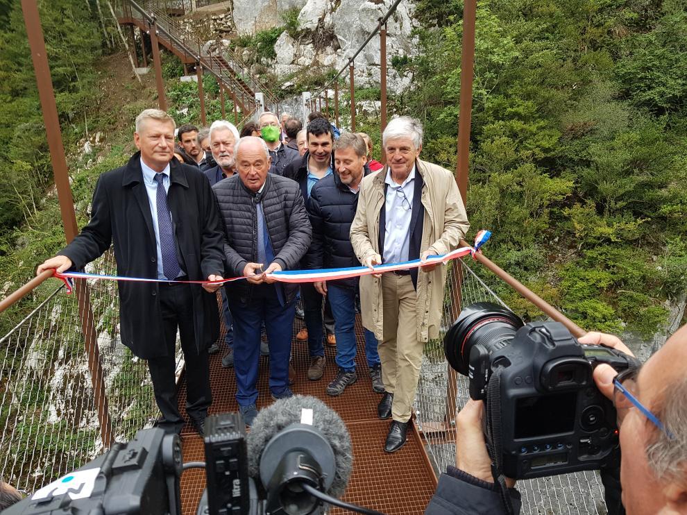 Representantes de las instituciones cortan la cinta de la pasarela.