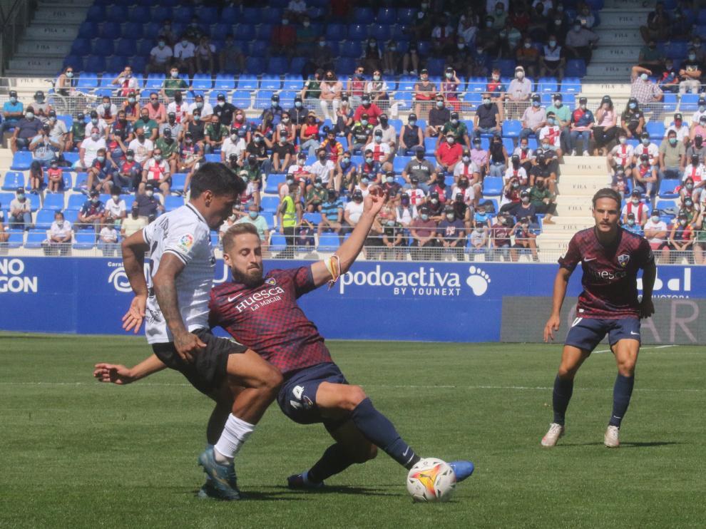 Pulido, en una acción ante el Fuenlabrada, en el que cumplió 150 partidos con el Huesca.