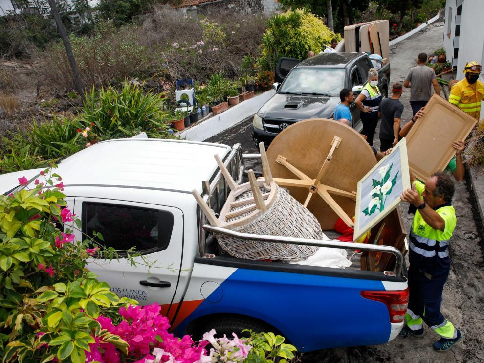 Vecinos de las zonas afectadas han tenido que recoger enseres y otros objetos y dejar atrás sus casas y parte de sus vidas.