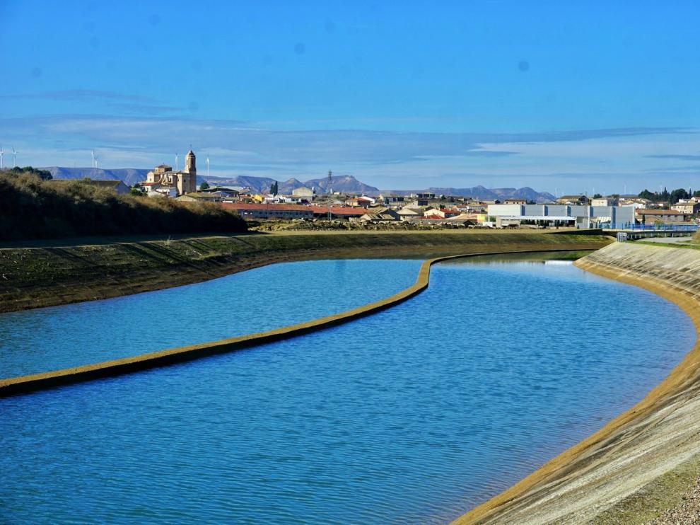 Canal de Monegros con la localidad de Robres al fondo.