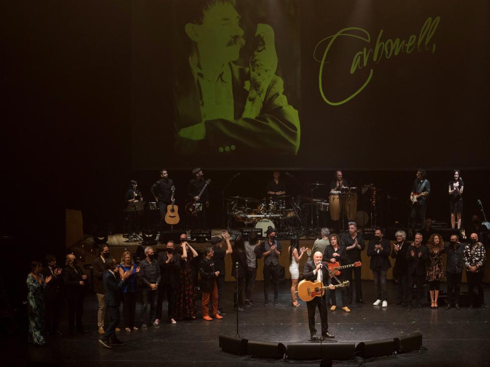 Fotografía de familia de los participantes en el concierto.