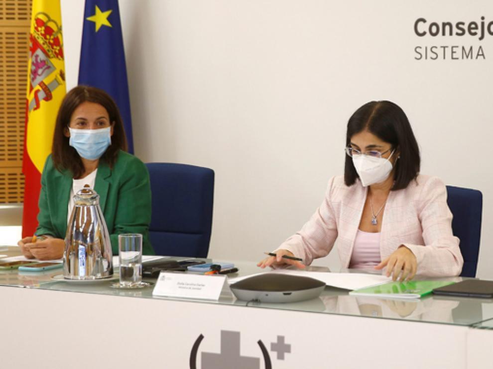 La ministra de Sanidad, Carolina Darias (d), este miércoles tras el Consejo Interterritorial.