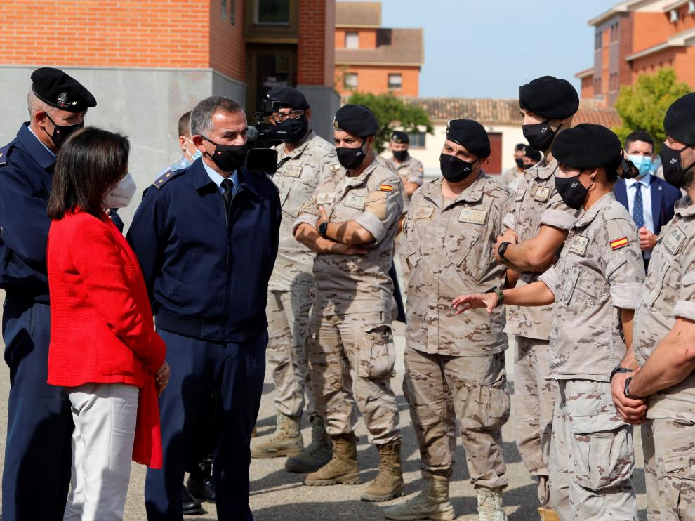 La Ministra de Defensa conversa con algunos militares durante su visita.
