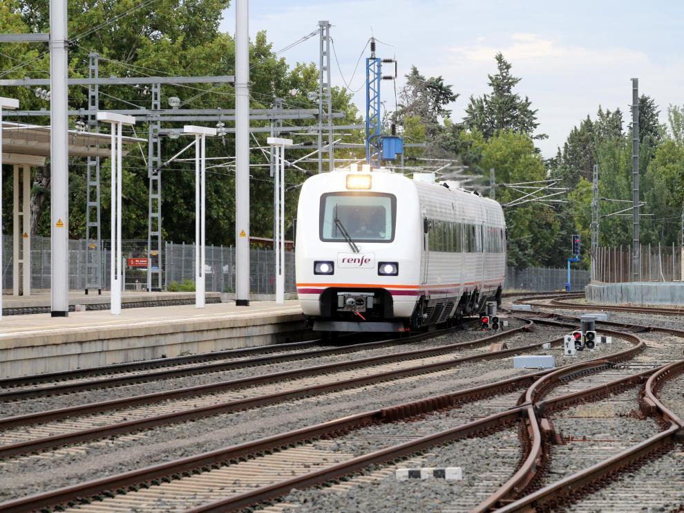 Llegada a la estación de Huesca este jueves de primero de los trenes 594.