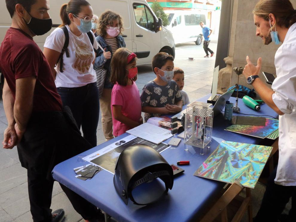 El investigador Andrés Seral realiza un experimento con los jóvenes oscenses.