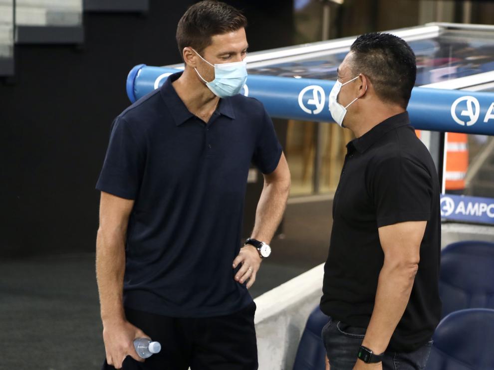 Xabi Alonso y Nacho Ambriz hablan antes del partido.