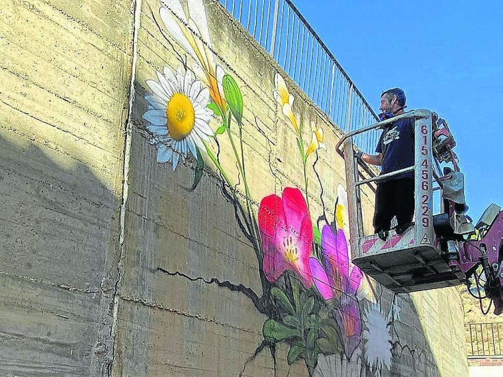 Gasicpainter pintando su mural en el Fragaffity