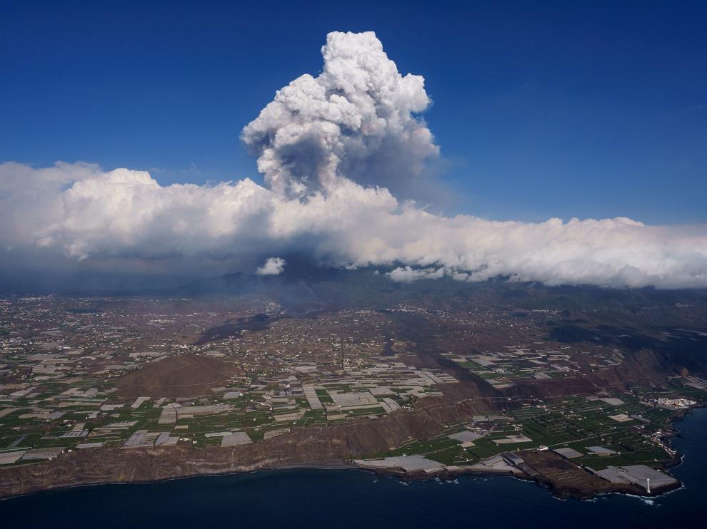 La gran nube de humo se eleva a una gran altura sobre el volcán de La Palma.