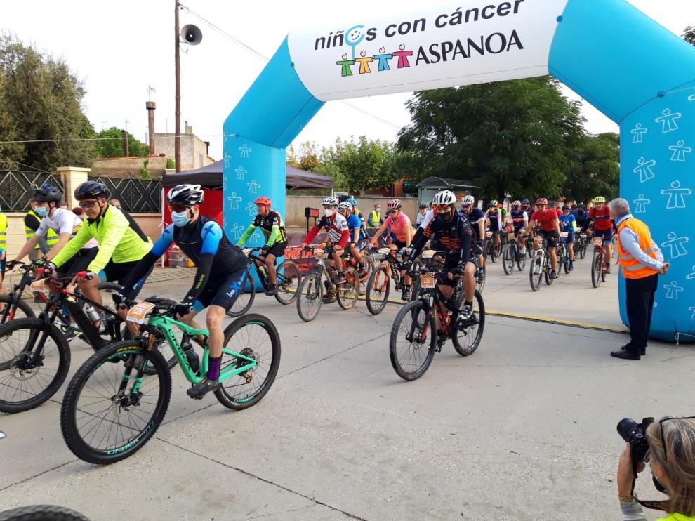 Salida de la carrera realizada este sábado por los ciclistas en el municipio de Almudévar