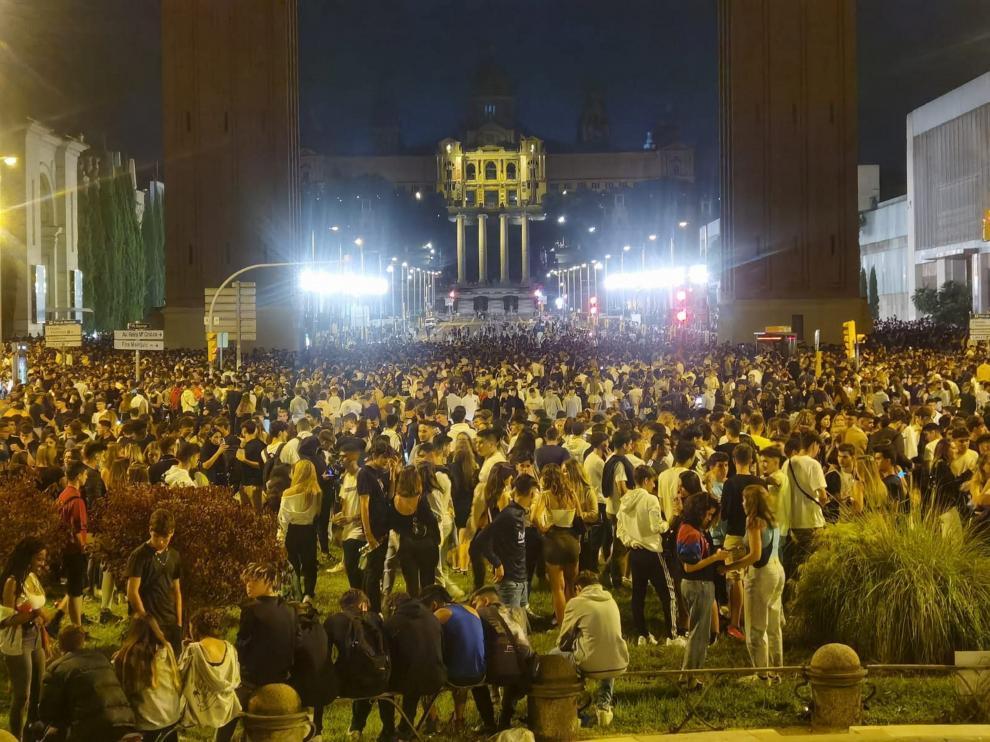 Miles de jóvenes durante el botellón en Barcelona