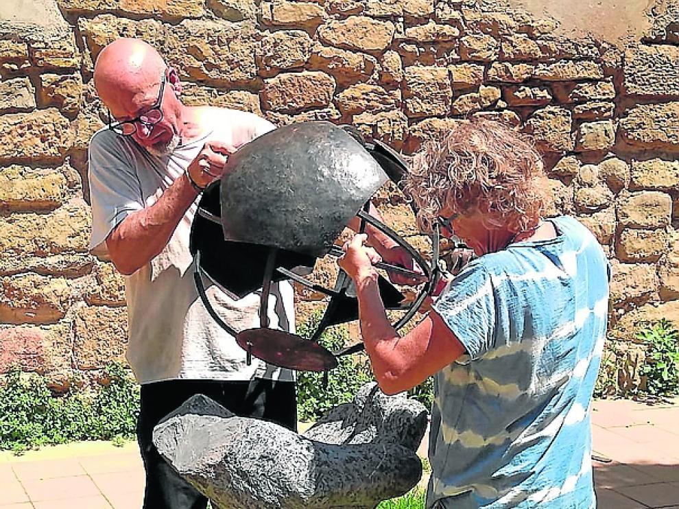 Paco Puch y Sandrine Reynaud mostrando su trabajo escultórico.