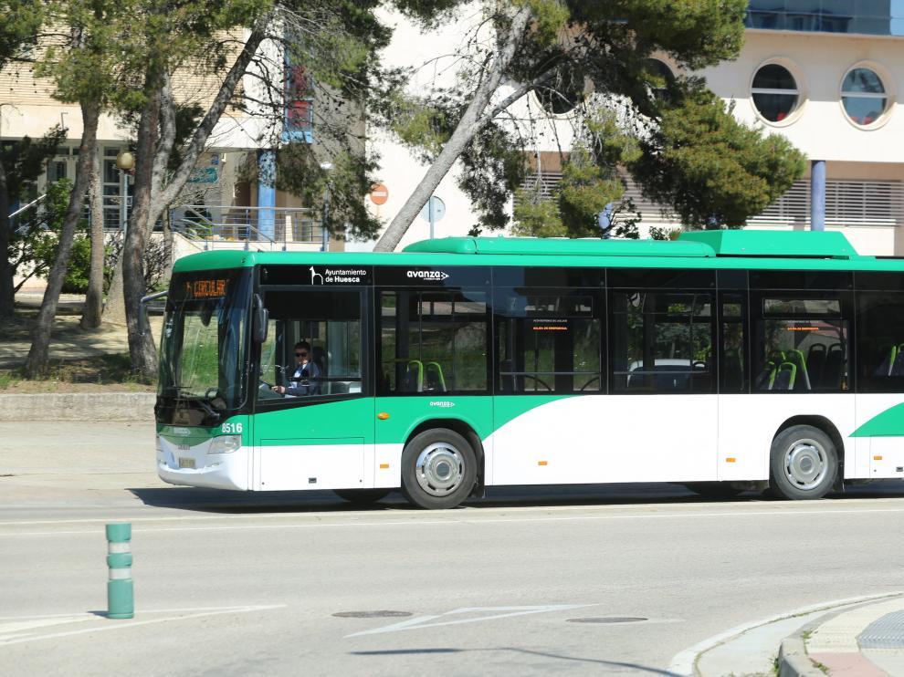 Línea de autobús urbano circulando en la capital oscense.