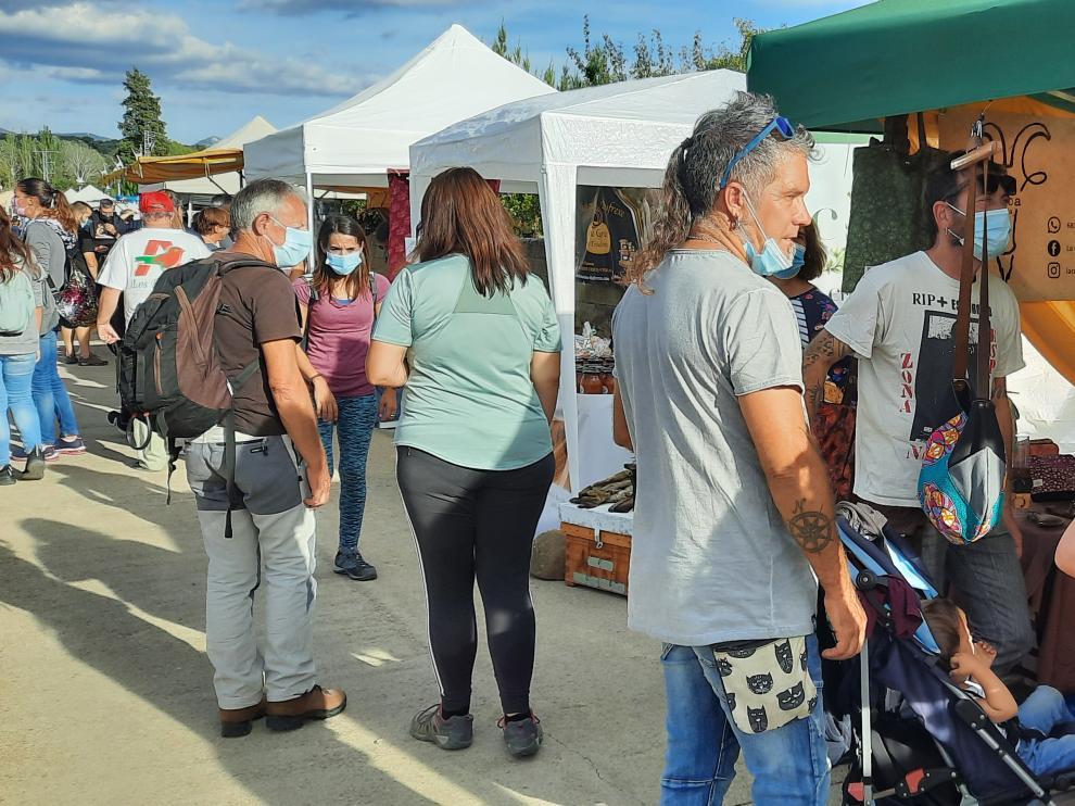 Visitantes a la Feria de Ayerbe este domingo.