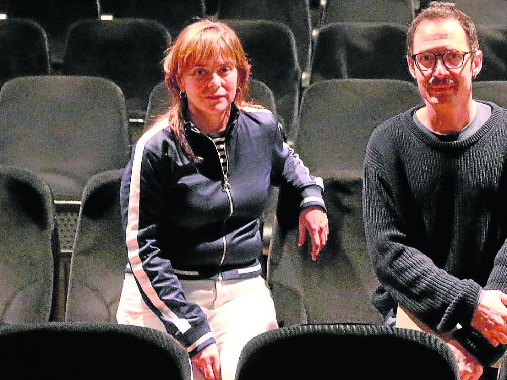 Pilar Barrio y Lucas Fernández, en el salón de actos del Centro Cultural Manuel Benito Moliner.